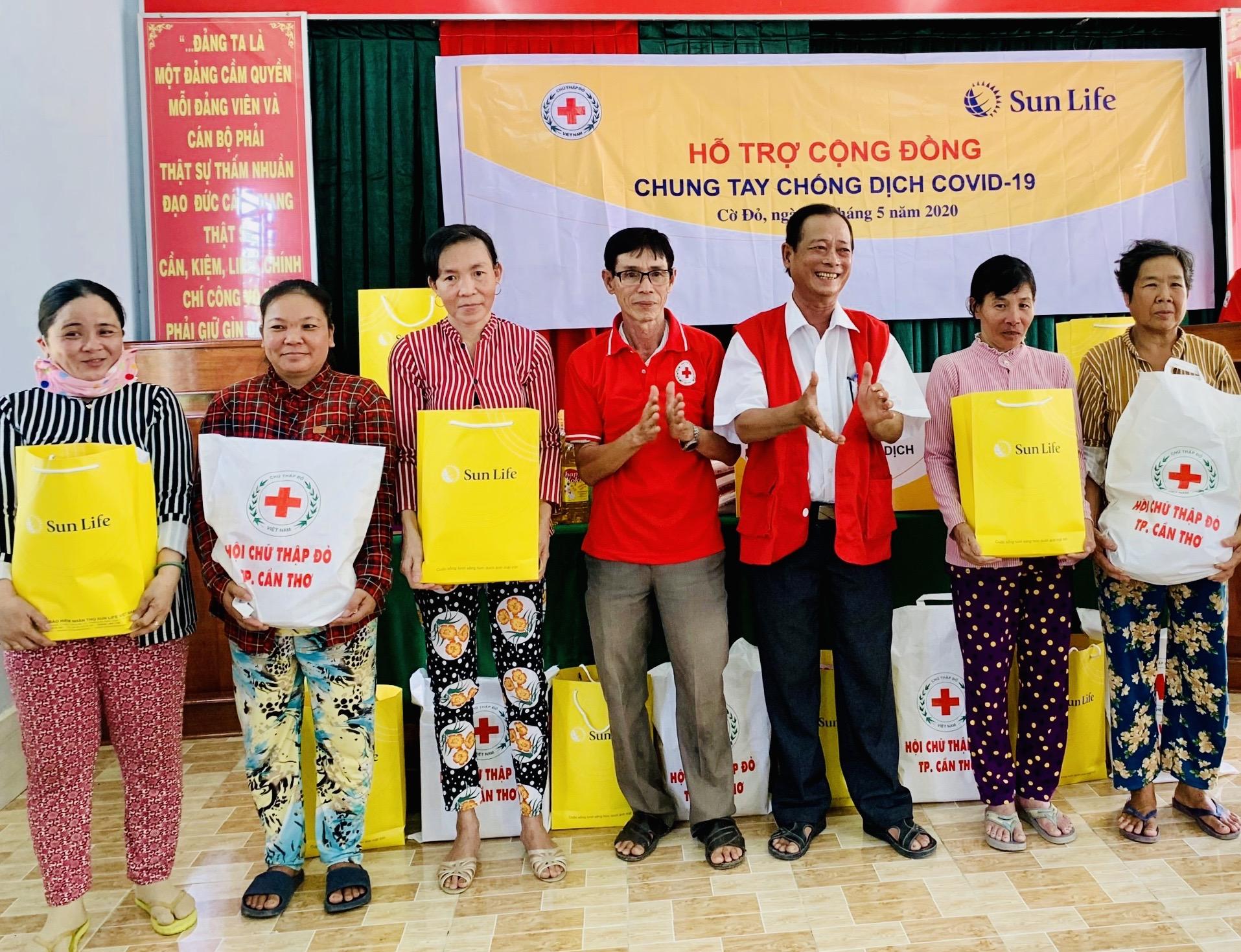 Sun Life Việt Nam trao quà cho các gia đình bị ảnh hưởng bởi COVID-19