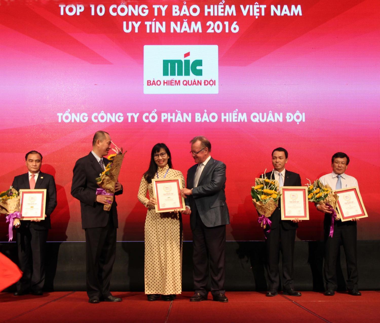 MIC nhận Giấy chứng nhận Doanh nghiệp bảo hiểm uy tín tại Việt Nam