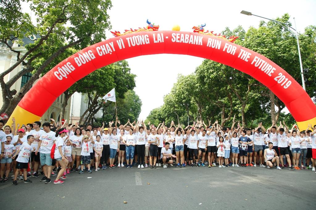Hơn 2.200 người tham gia giải chạy cộng đồng gây quỹ học bổng trẻ em nghèo hiếu học