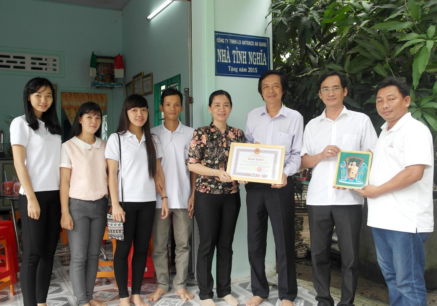 Công ty CP Vinacam thăm, tặng quà cho Bà mẹ Việt Nam Anh hùng nhân ngày 27/7