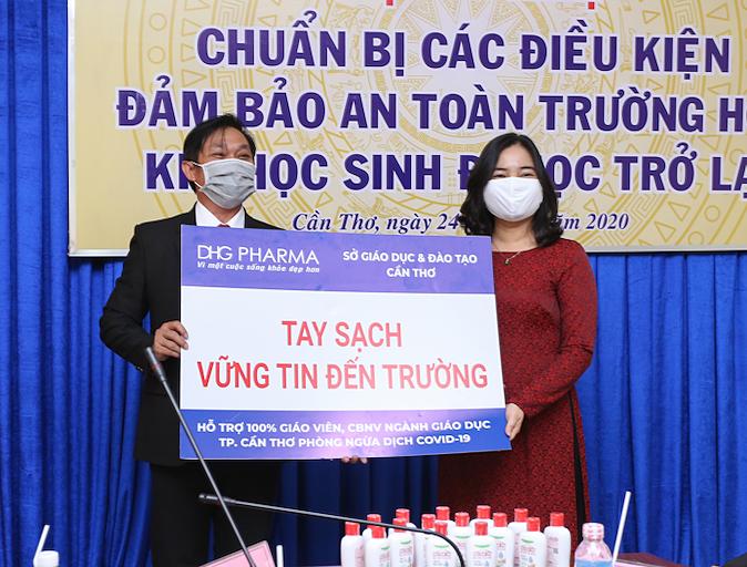 Dược Hậu Giang tặng gel rửa tay cho ngành giáo dục Cần Thơ