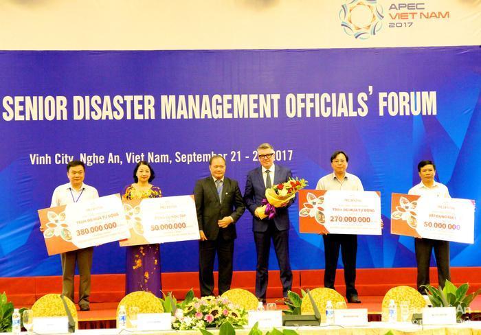 PRUDENTIAL tặng hơn 1 tỷ đồng cho người dân các tỉnh vừa hứng chịu rủi ro thiên tai