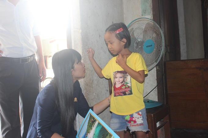 Đoàn cũng đến thăm hỏi em Nguyễn Đặng Mỹ Như 7 tuổi bị ung thư máu ở xã Cam Tân, huyện Cam Lâm.