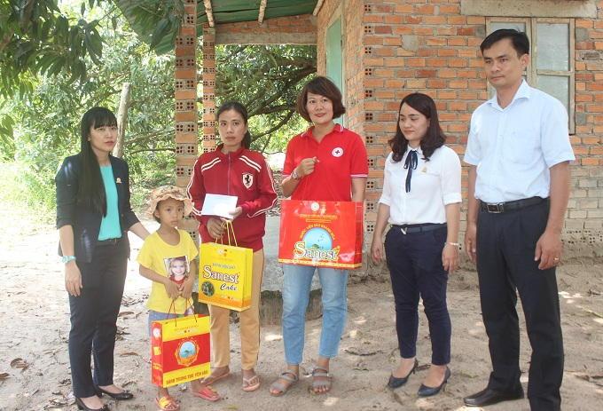 Và trao suất hỗ trợ 10 triệu đồng để giúp gia đình chữa bệnh cho em Như.