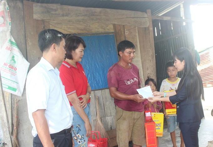 Đoàn cũng đến thăm và hỗ trợ 10 triệu đồng cho gia đình anh Trương Ngọc Chung là hộ nghèo ở xã Cam Tân.