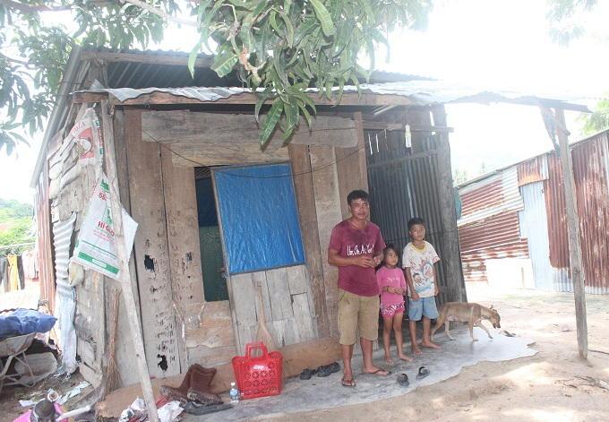 Căn nhà tạm bợ của bố con anh Trương Ngọc Chung.
