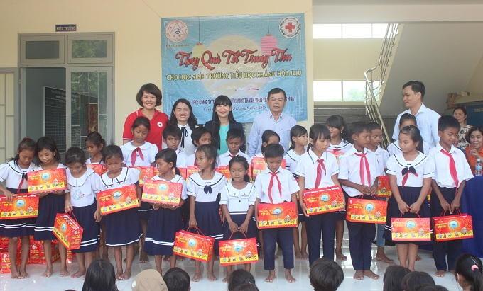 Đại diện Công ty Yến sào Khánh Hòa và Hội Chữ thập đỏ tỉnh trao quà trung thu cho học sinh Trường tiểu học Khánh Hòa Jeju.
