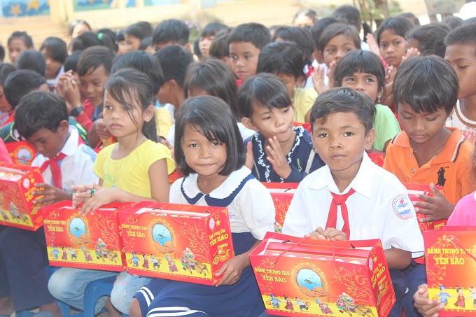 Lần đầu các em học sinh Trường tiểu học Khánh Hòa Jeju được nhận quà trung thu do Công ty Yến sao Khánh Hòa trao tặng.