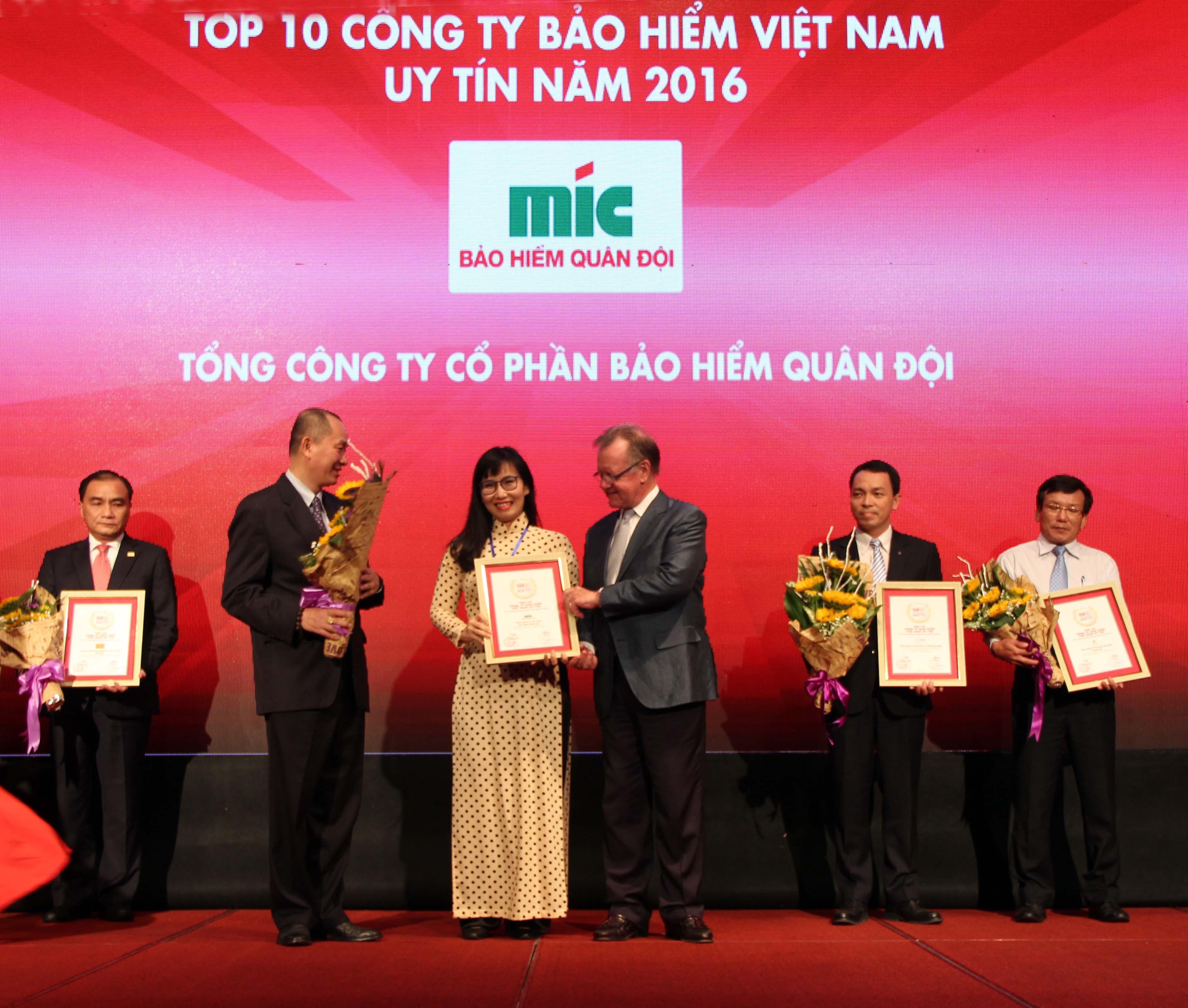 Bà Nguyễn Thị Thu Hằng - Phó Tổng Giám đốc Tổng công ty Cổ phần Bảo hiểm Quân đội (MIC) nhận Giấy chứng nhận TOP 10 DNBH uy tín 2016 tại Việt Nam
