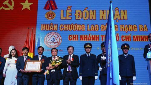 Chi nhánh Công ty Yến sào Khánh Hòa tại TP. HCM đón nhận Huân chương Lao động hạng Ba