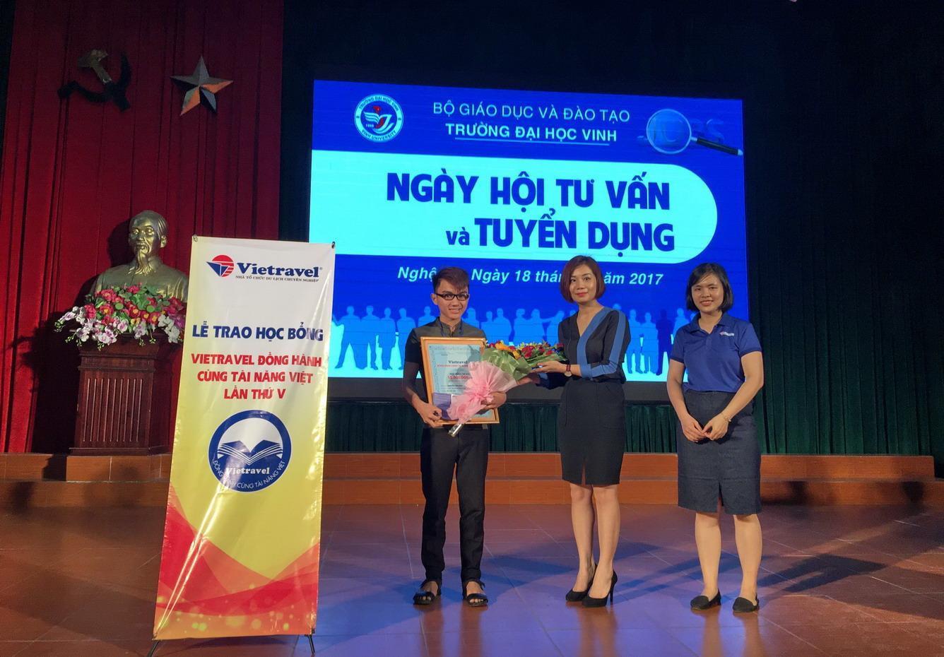 """Lễ trao học bổng """"Vietravel đồng hành cùng tài năng Việt"""" lần 5 - 2017 tại TP. Vinh"""