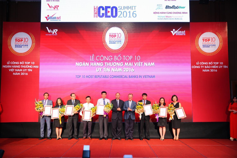 """SCB vinh dự nhận danh hiệu : Top 10 ngân hàng thương mại Việt nam uy tín năm 2016"""""""