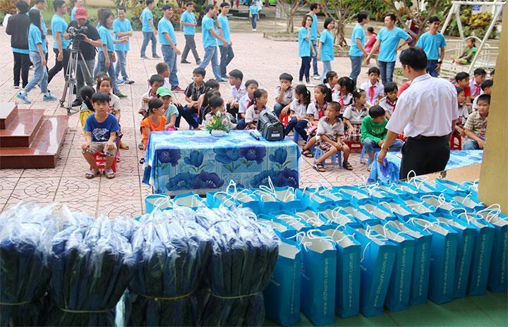 Tập đoàn Đất Xanh tiếp sức tương lai cho các học sinh nghèo vượt khó