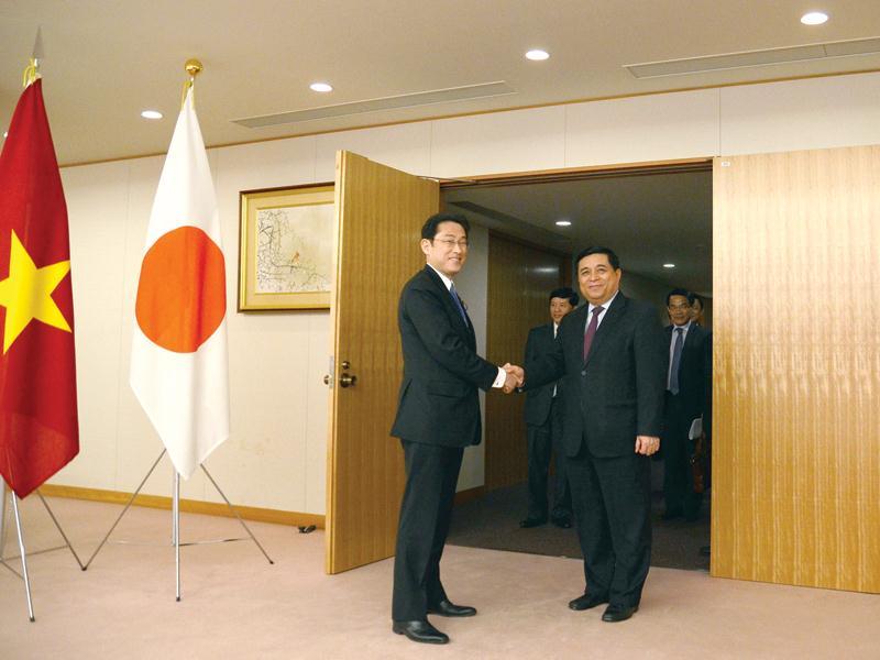 Trong khuôn khổ chuyến thăm và làm việc tại Nhật Bản, tại Thủ đô Tokyo, Bộ trưởng Bộ Kế hoạch và Đầu tư Nguyễn Chí Dũng hội đàm với Ngoại trưởng Nhật Bản Fumio Kishida.