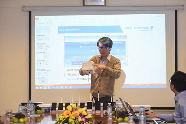 Ông Trần Hữu Quyền – Tổng Giám đốc VNPT Technology giới thiệu thiết bị quan trắc không khí. Thiết bị này dùng để đo các chỉ số của không khí, mức độ ô nhiễm…